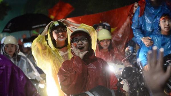 """Báo Hàn Quốc ngỡ ngàng cảnh CĐV Việt Nam đội mưa """"đi bão"""" sau thất bại ở bán kết"""