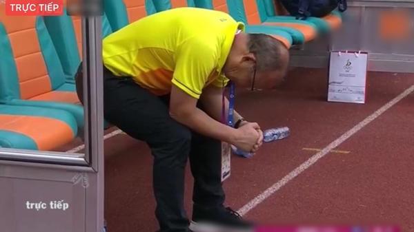 Thua thật rồi, U23 buồn bã rời sân, nhưng có 1 người cha còn không dám ngẩng đầu nhìn con đá