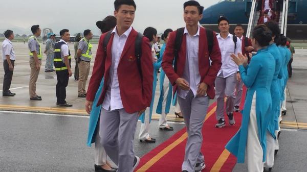 Cuối cùng dàn soái ca U23 Việt Nam đã đáp xuống sân bay Nội Bài trong vòng vây người hâm mộ