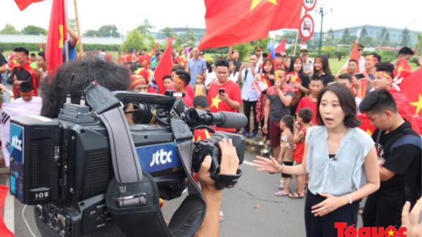 Đài truyền hình Hàn Quốc sang đưa tin tại sân bay Nội Bài về U23 Việt Nam