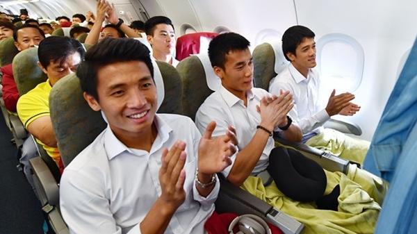 CỰC HIẾM: Toàn đội đồng thanh hát 'Như có Bác Hồ trong ngày vui đại thắng' trên máy bay, ai cũng rưng rưng xúc động