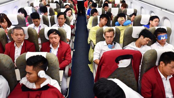 Cầu thủ Olympic Việt Nam hát Quốc ca trên máy bay
