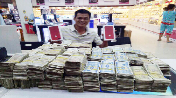 """""""Ông trùm tiền lẻ"""" vác 4 thùng xốp chứa tiền mệnh giá 1.000 đồng đến 5.000 đồng đi mua iPhone 7 Plus đỏ"""