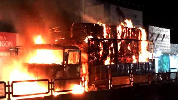 Xe tải mang BKS Khánh Hòa cháy rụi trên quốc lộ 1, tài xế bỏ chạy thoát thân