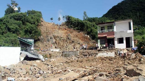 Các hộ dân thiệt hại đề nghị khởi tố vụ sạt lở hồ bơi ở Nha Trang