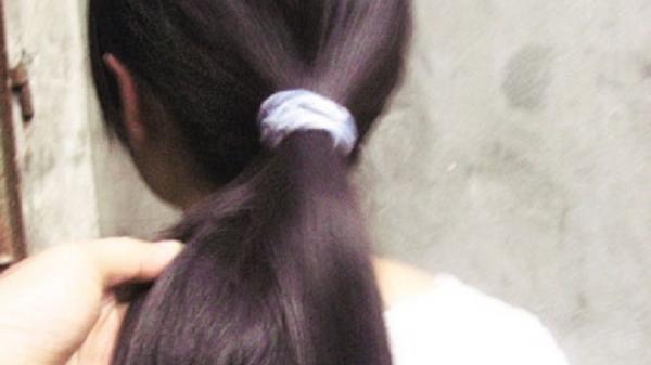 Rớt nước mắt cảnh học sinh nghèo bán mái tóc dài lấy tiền nhập học