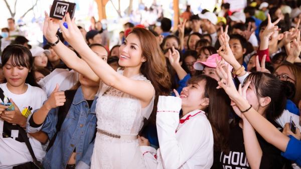 Sau 2 năm đăng quang, Phạm Hương trở lại Nha Trang trong vòng vây người hâm mộ