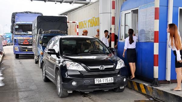 Tài xế dùng tiền lẻ phản đối trạm thu phí ở Khánh Hòa