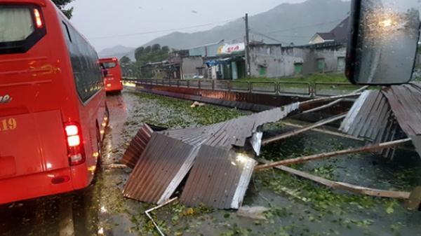 Bão số 12 đang hoành hành ở Khánh Hòa, mưa to, gió mạnh