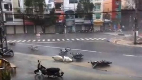 CLIP NÓNG: Bão quật đổ và cuốn phăng hàng loạt xe máy trên đường ở Khánh Hòa