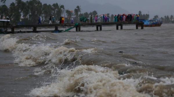 Trào nước mắt ở tâm bão Vạn Ninh