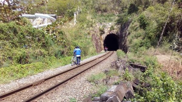 Nha Trang : Học sinh chui đường sắt để đến trường