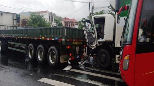 Khánh Hòa: 2 xe tải va chạm, tài xế gãy chân kẹt trong ca bin