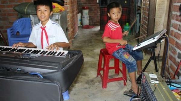 Rớt nước mắt nghe tiếng đàn nuôi cha mẹ của 2 cậu bé nghèo ở Ninh Hòa