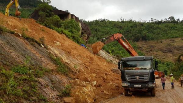 Tuyến đèo nối Nha Trang - Đà Lạt tê liệt vì bị 7.000 m3 đất đá chắn đường