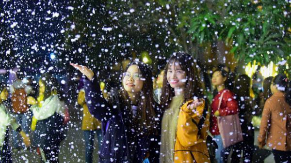 """ĐỘC ĐÁO : Cây thông Noel cao 29 mét và """"tuyết rơi'' ở miền Tây hút du khách"""