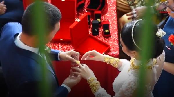 """Clip: Cô dâu ở miền Tây mang trên người hơn 1kg vàng, """"quẩy"""" tưng bừng trong đám cưới"""