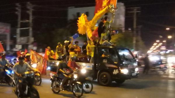 Hàng ngàn người ở các tỉnh miền Tây xuống đường ăn mừng Việt Nam chiến thắng