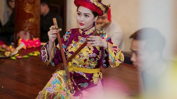 """Vẻ đẹp """"tuyệt sắc giai nhân"""" của cô đồng nổi tiếng Võ Thanh Hiền"""