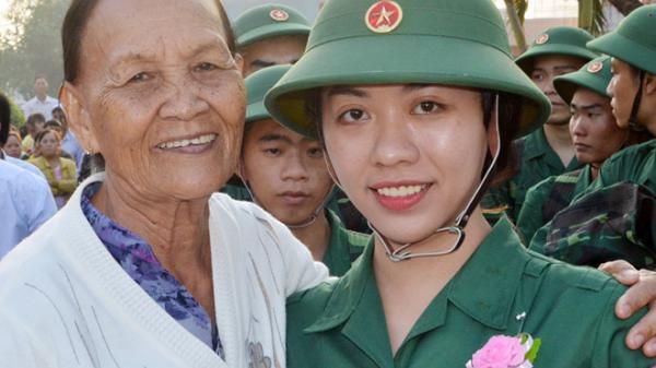 Hai cô gái 9X miền Tây gác việc công sở, tình nguyện nhập ngũ