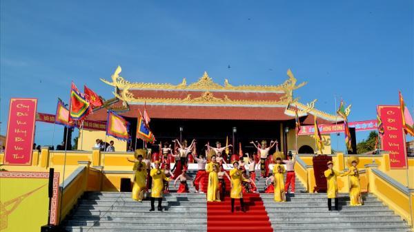 Kiên Giang: Dòng người nượm nượp về dự Lễ hội Đền Hùng Quốc tổ Tân Hiệp