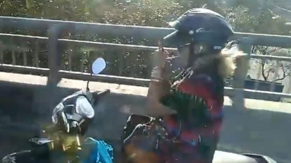 Miền Tây: Hoảng hốt nhìn nữ 'ninja' lái xe máy buông 2 tay, châm thuốc lá hút trên cầu