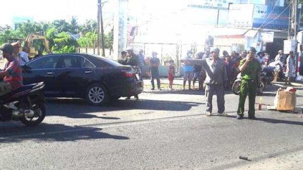 Kiên Giang: Giây phút kinh hoàng nữ tài xế lùi Camry, cán chết 2 bé