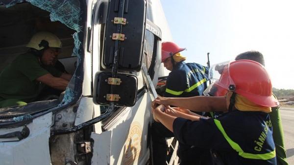 Tai nạn kinh hoàng: Phải dùng cắt thủy lực, phá cửa xe đưa thi thể tài xế bị kẹt ra ngoài