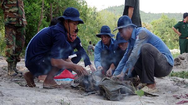 Đội K92 Bộ CHQS tỉnh Kiên Giang cất bốc 4 hài cốt liệt sĩ tại Campuchia