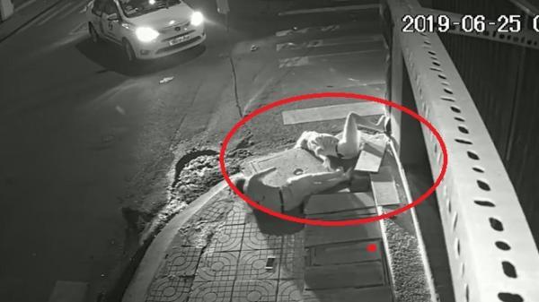 Chuyện đau lòng, cô gái trẻ bất động trong đêm bên vỉa hè Sài Gòn
