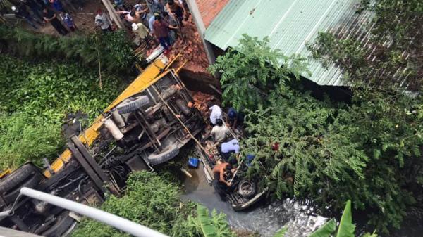 Miền Tây: Ô tô và xe cẩu tông nhau trên cầu rơi xuống kênh, 1 người c hết