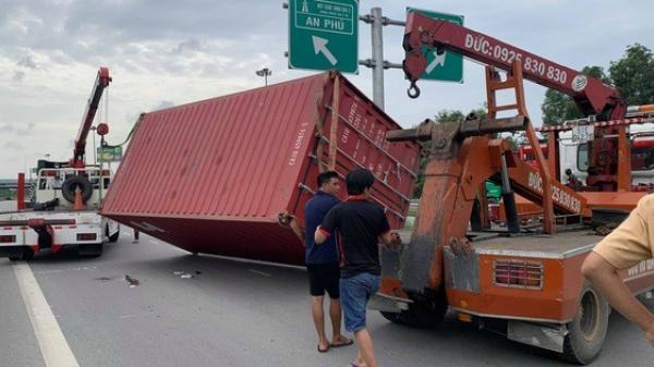 [CLIP]: Kinh hãi xe đầu kéo tuột thùng container, đè ôtô con ở TP HCM