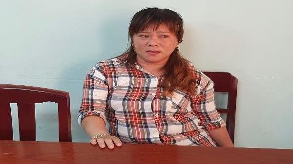 'Nữ quái' Kiên Giang bán card điện thoại đính kèm m a t úy đá