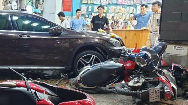 Cảnh tượng kinh hoàng sau khi nữ tài xế lái Mercedes tông xe máy nằm la liệt ở Sài Gòn