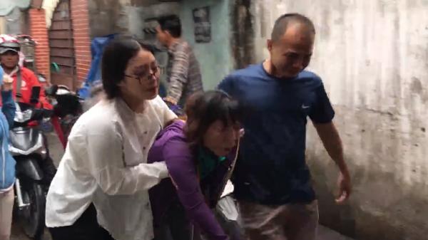 Mẹ nữ sinh viên ngã quỵ, khóc ngất khi hay tin con bị s át h ại