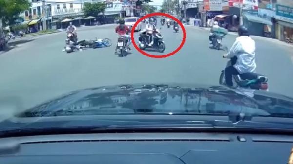 """TP.HCM: Nữ """"ninja"""" vượt đèn đỏ, tạt đầu làm 2 người đi xe máy ngã sấp mặt rồi lạnh lùng bỏ đi"""
