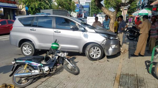 Ô tô nổ lốp, lao sang đường ngược chiều tông văng tài xế GrabBike ở Sài Gòn