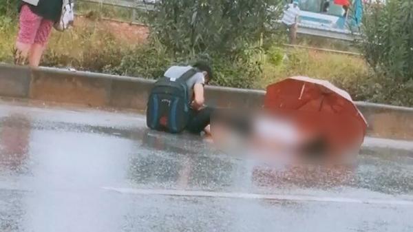 Xót xa cảnh chồng ngồi thất thần bên t hi thể vợ bị xe tải tông t ử vong