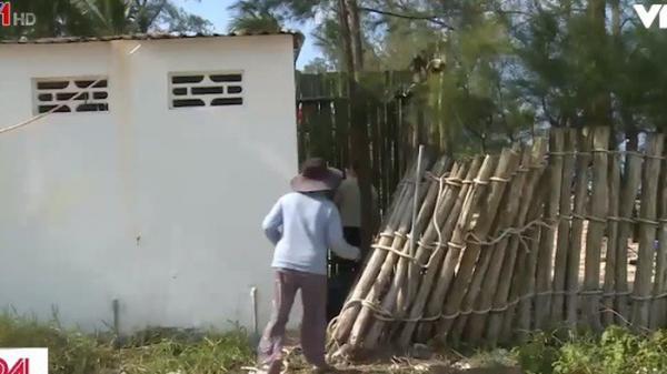 Người dân Kiên Giang phải trèo qua nhà vệ sinh để vào khu di tích