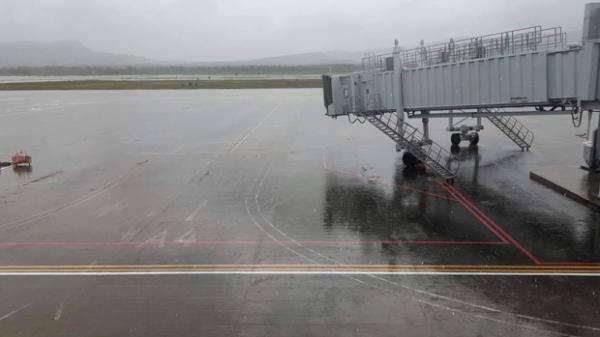 Sân bay Phú Quốc ngập đường băng khiến nhiều chuyến bay đến và đi bị hủy, hàng trăm hành khách vạ vật