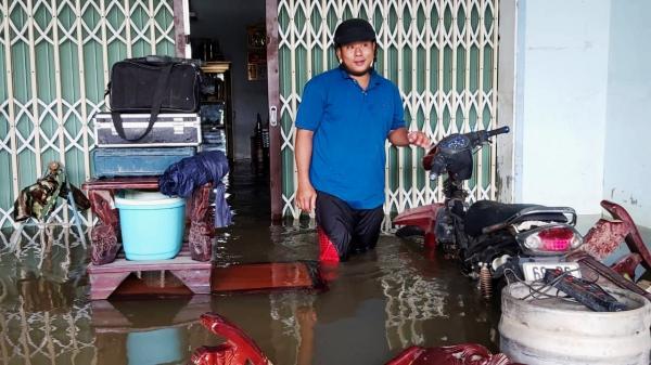 Phú Quốc lại ngập lụt, dân bì bõm dọn đồ