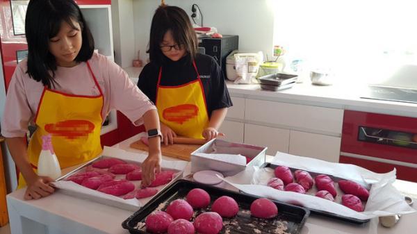 Kiên Giang: 2 nữ sinh đam mê làm bánh mì thanh long ruột đỏ