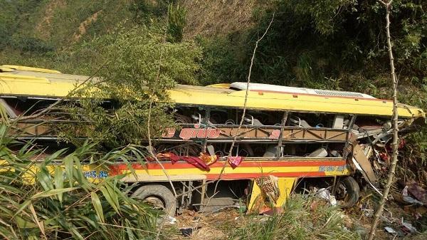 Kon Tum:  Xe giường nằm mất lái lao xuống vực sâu, 20 người thương vong
