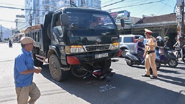Kon Tum: Xe tải va chạm xe máy, 1 người trọng thương