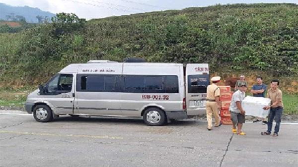 Kon Tum: Phát hiện xe khách chở 1 tạ thực phẩm không rõ nguồn gốc
