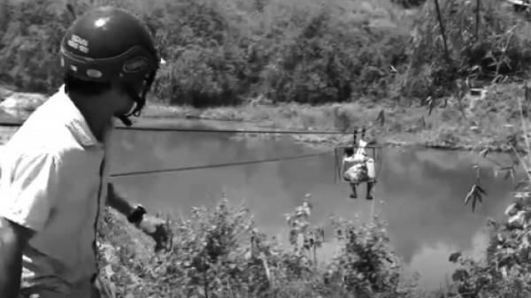 Ngược đời ở Kon Tum: Có cầu nhưng người dân vẫn... liều mình đu dây qua sông