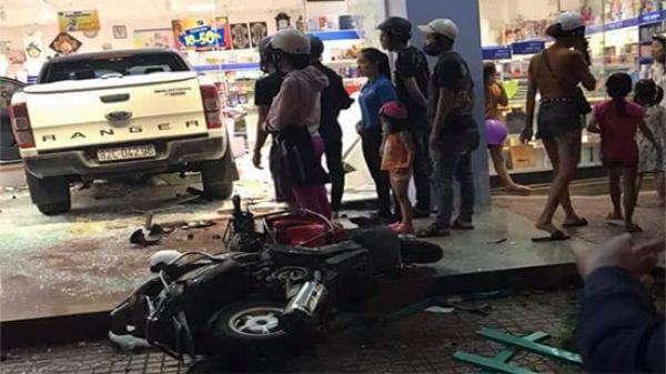 Kon Tum: Nữ tài xế điều khiển xe bán tải đâm vào nhà sách
