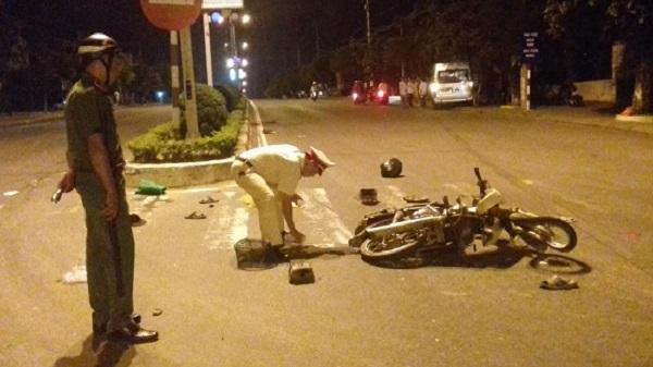 Kon Tum: Xe khách chở 15 người tông xe máy rồi đâm vào gốc cây