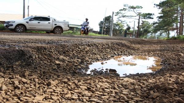 Đắk Nông: QL28 nát bươm, chi chít hố sâu 'bẫy' người đi đường