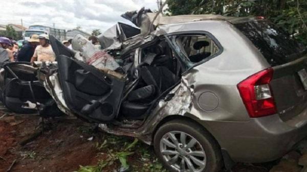 Đắk Nông: Dân dùng xà beng phá cửa ôtô, đưa thi thể tài xế ra ngoài sau tai nạn kinh hoàng